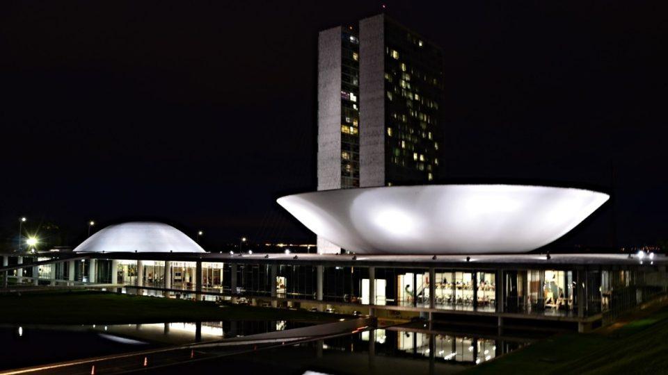 Brazilský parlament, architekt: Oscar Niemeyer. Nalevo pod pokličkou sídlí dolní komora, napravo v míse pravá komora.