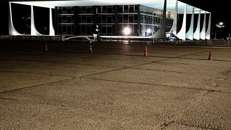 Náměstí tří mocí v noci. Budova nejvyššího soudu a typické Niemeyerovy sloupy s křivkami, pro které ho prý inspirovalo i ženské tělo