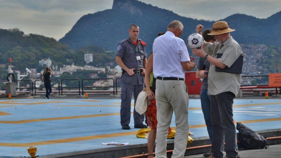 Natáčení na střeše jedné z výškových budov v centru Ria de Janeiro. Pod dohledem hasiče
