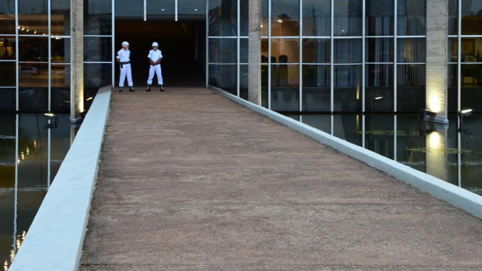 Niemeyerovy stavby se vyznačují často zajímavými rampami a vchody bez dveří