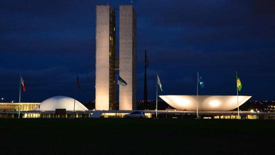 Takto vystupuje v noci ze země budova brazilského kongresu na konci takzvané monumentální osy města Brasília