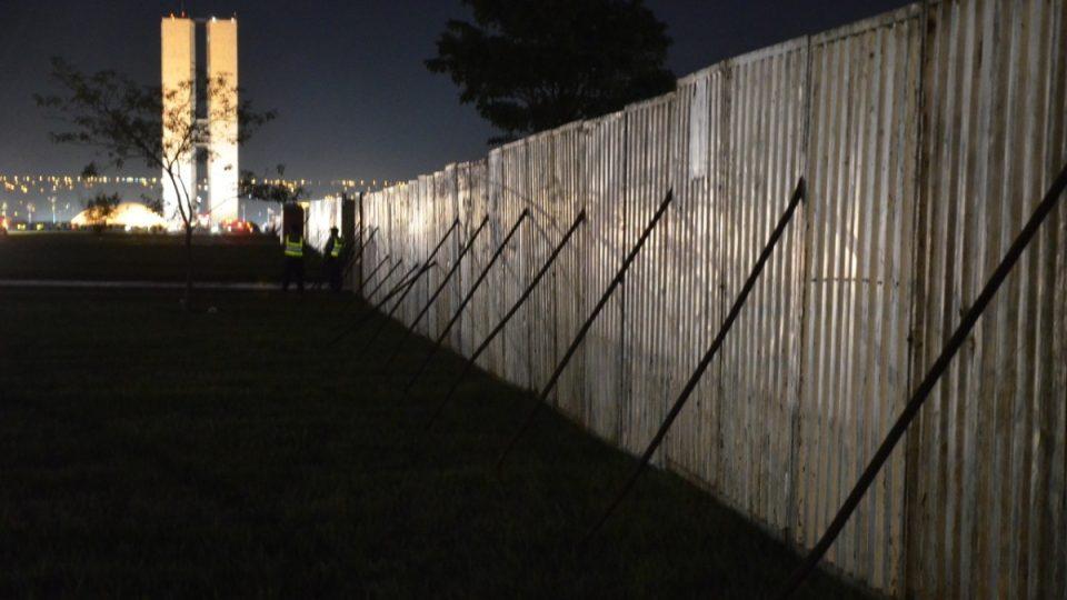 Vysoká plechová zeď oddělovala obě strany demonstrujících před kongresem