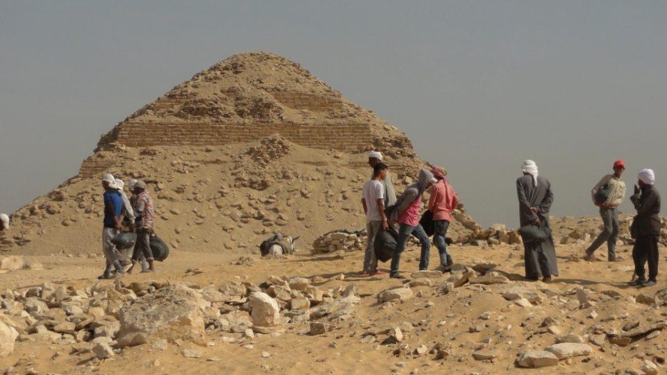 Dělníci před Nefarirkareovou pyramidou v Abúsíru