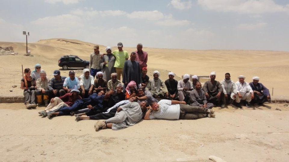 Hromadný snímek egyptologů a jejich dělníků při ukončení jarní sezóny