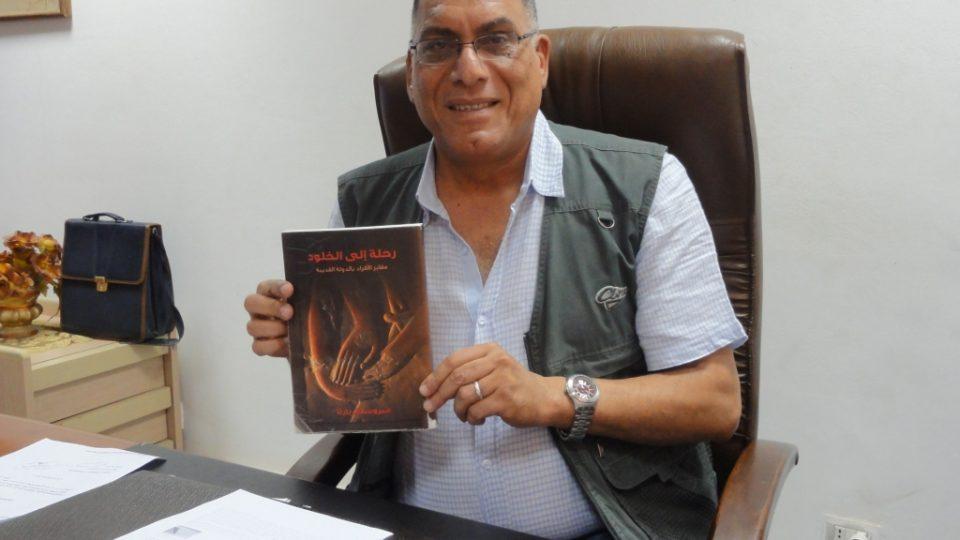 Alá Šihát, ředitel památkové správy v Káhiře a Gíze, s arabským překladem knihy Miroslava Bárty