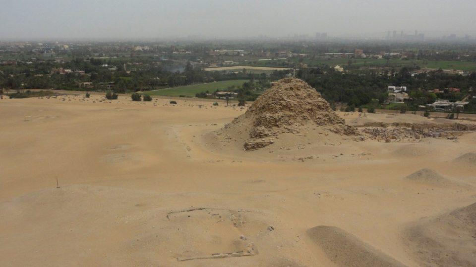 Pohled z Neferirkareovy na Sahureovu pyramidu