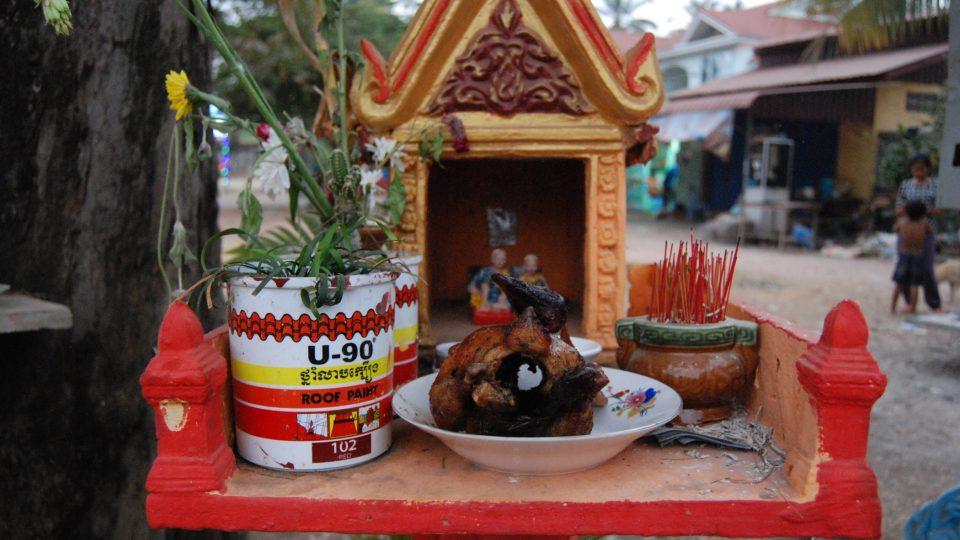 Domeček na jedné noze stojí v Kambodži na každém rohu