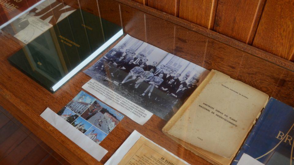 Mezi knihami a dokumenty v muzeu Casa Juscelino je také pohled z Třeboně. Právě z jejího okolí možná pocházel praděd, Jan Nepomuk