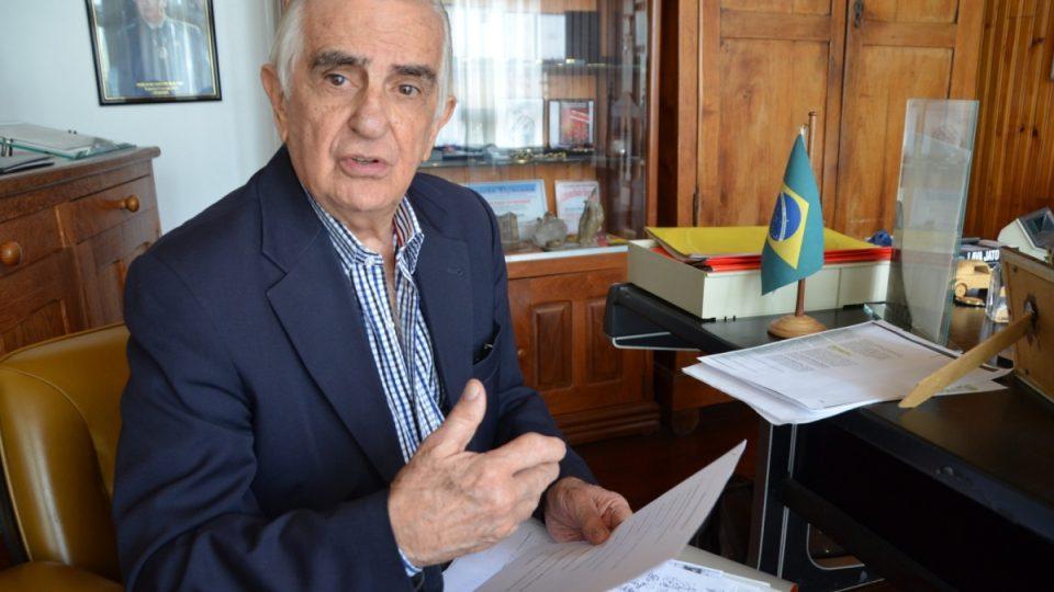 Serafim Jardim se nechce smířit se závěry vyšetřování policie ani komise pravdy. Je přesvědčen, že Juscelino Kubitschek byl zavražděn na politickou objednávku