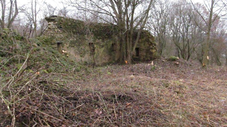 V okolí kostela jsou zbytky již neexistující obce Boletice