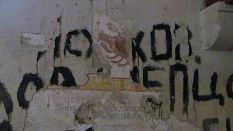 Nepěknou památku po sobě v boletickém kostele zanechala sovětská armáda. Na starých zdech jsou černou barvou v azbuce napsána jména hokejistů sovětské reprezentace