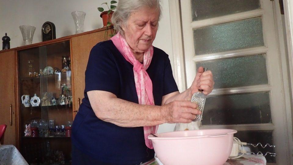 Suroviny na český chleba si nechává paní Jarka vozit od přátel
