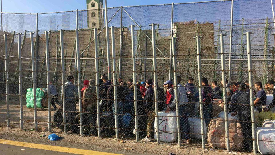 Na přechod španělsko-marocké hranice čekají každý den tisíce lidí