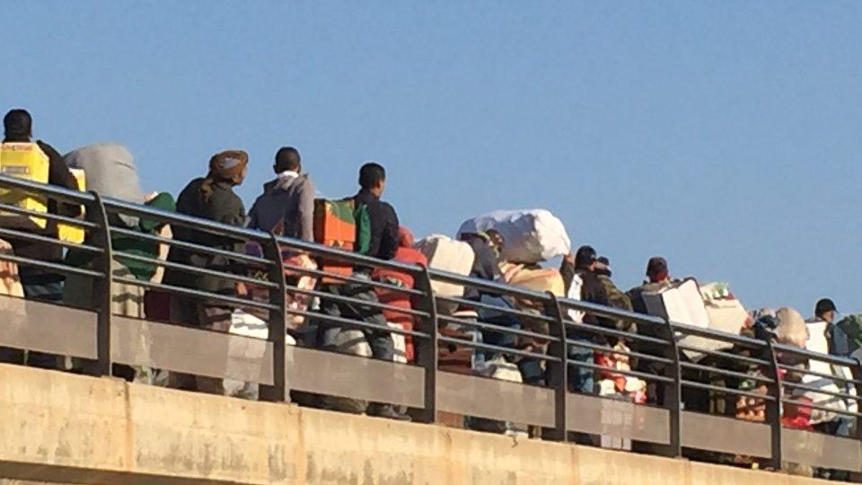 Lidé přes hranici v Melille přepravují především oblečení, kosmetiku nebo drobnou elektroniku