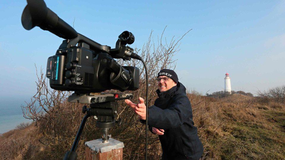 Stefean Kreibohm si připravuje kameru před meteorologickým vstupem z ostrova Hiddensee