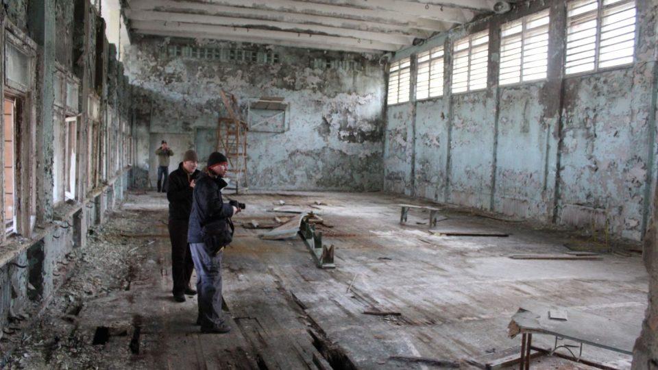 Průzkum tělocvičny v jedné ze škol v Pripjati