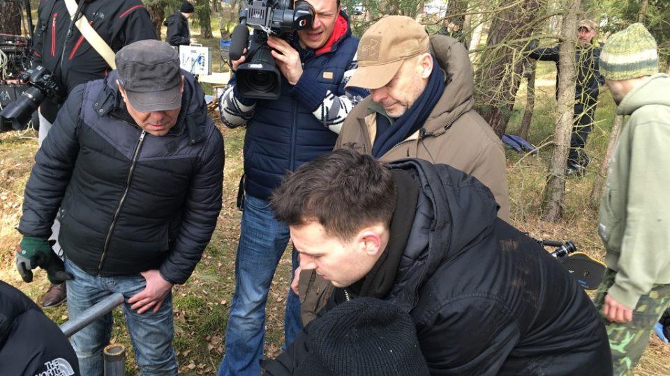 Filmový štáb při natáčení v náročném lesní terénu musí dokonale spolupracovat