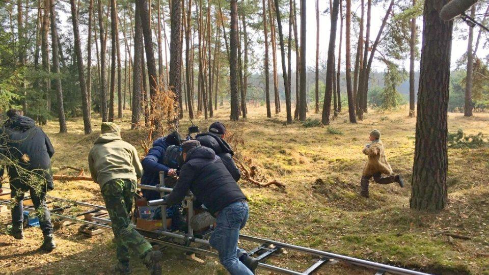 Natáčení filmu Nabarvené ptáče v lesích na Českolipsku