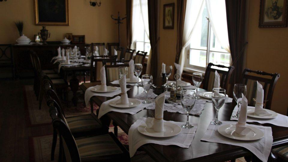 Restaurace je vybavena tak, aby odpovídala době, kdy car do Bělověže zval společenskou smetánku