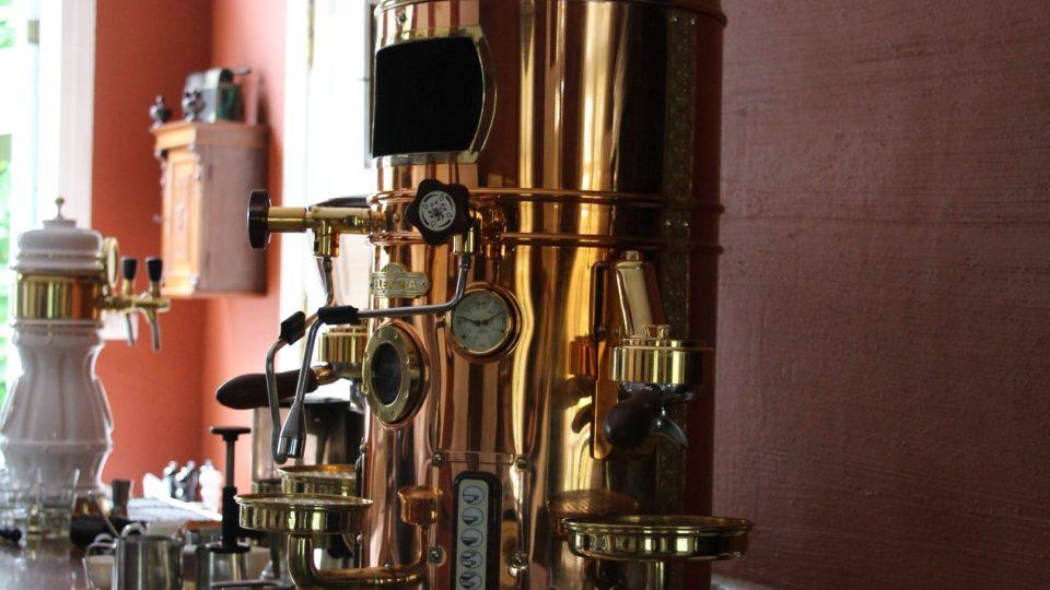 Starožitně stylizovaný kávovar