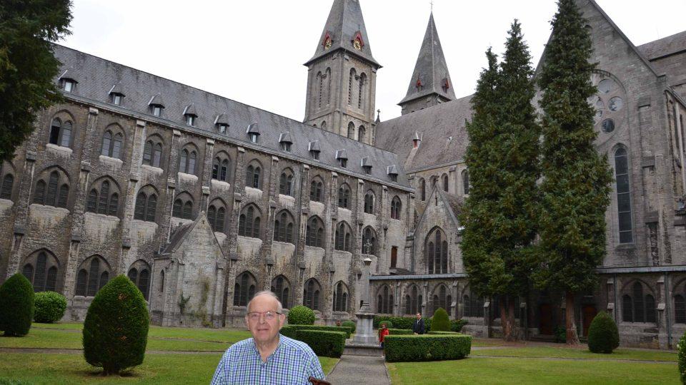 Průvodce Christian před budovou kláštera Maredsous
