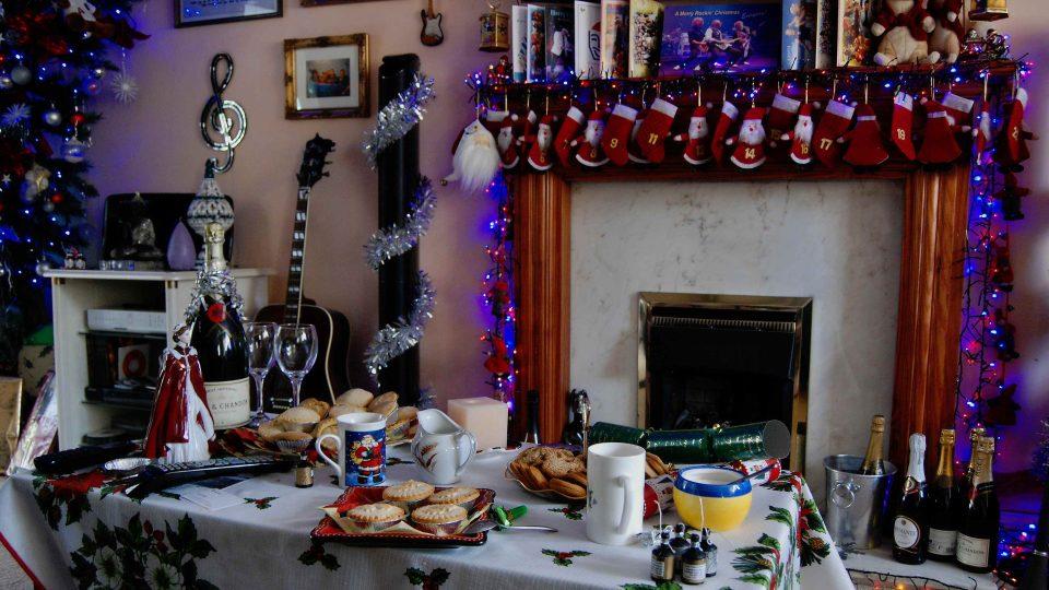 Vánočně ozdobený krb i cukroví k anglosaským Vánocům neodmyslitelně patří