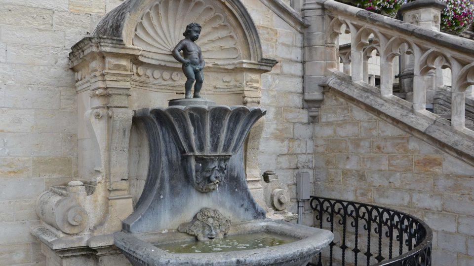 Na rozdíl od bruselského čurá chlapeček v Geraardsbergenu do menšího bazénku nad hlavní fontánou