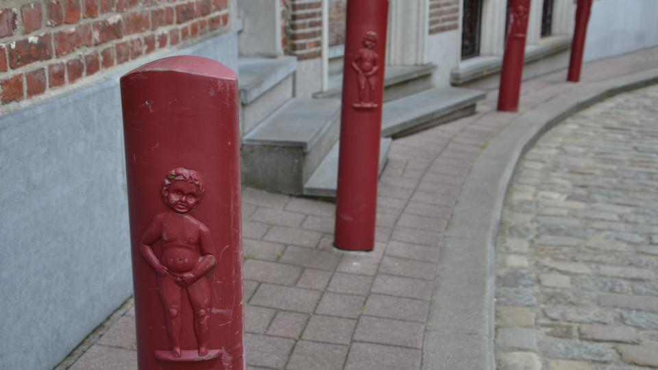 Čurající chlapeček je symbolem Geraardsbergenu. Mají ho tu třeba i na patnících