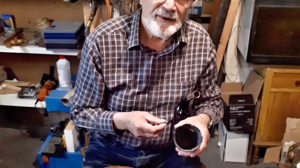 Dudák a výrobce dud Jaromír Konrady při práci s volským rohem (zdobení)