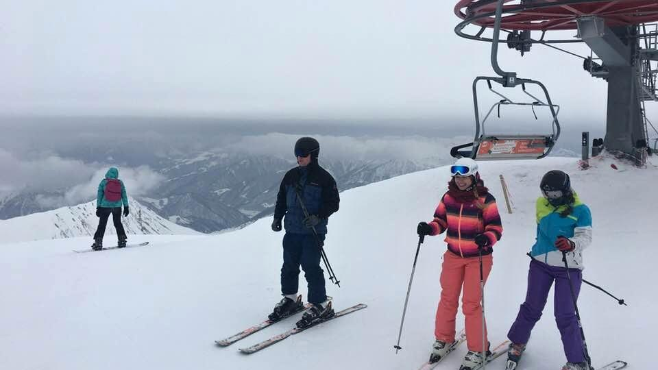 Až na vrchol hory vyveze lyžaře šestisedačková lanovka