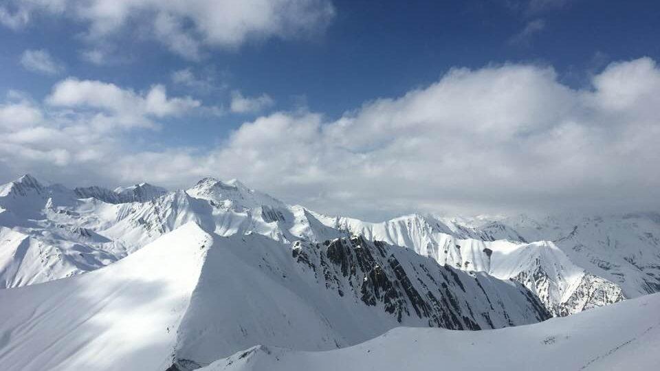 Kavkaz z vrcholu gruzínské hory Sadzele