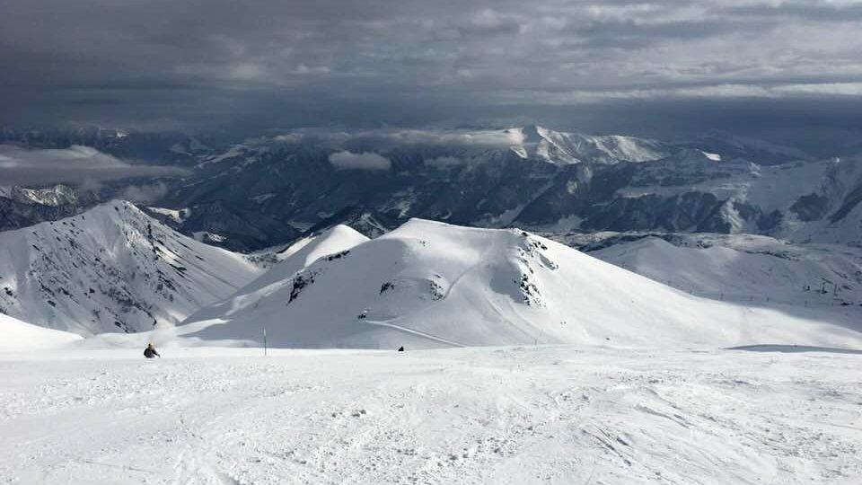 Za pěkného počasí je z vrcholu hory Sadzele úchvatný výhled na kavkazské svahy