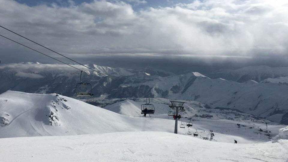 Krásné výhledy na jižní kavkazské svahy si mohou lyžaři v Gudauri užít už při jízdě lanovkou
