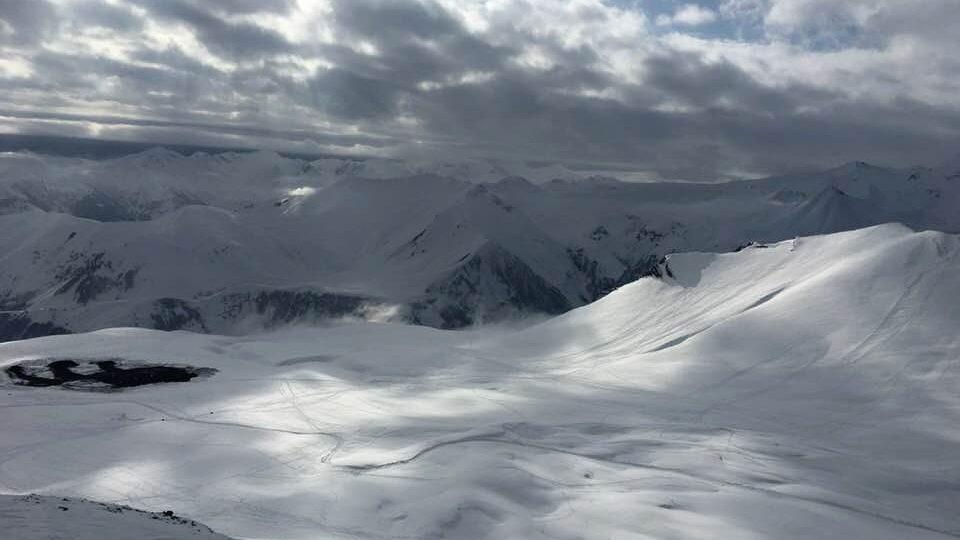 I ve zkušených lyžařích budí některé svahy skiareálu Gudauri respekt