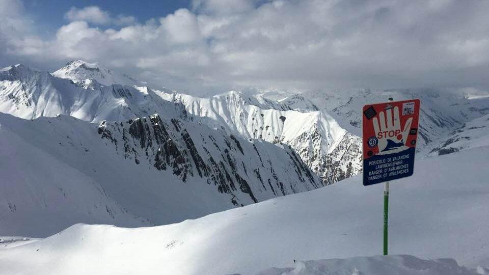 Cedule varuje lyžaře před možným lavinovým polem
