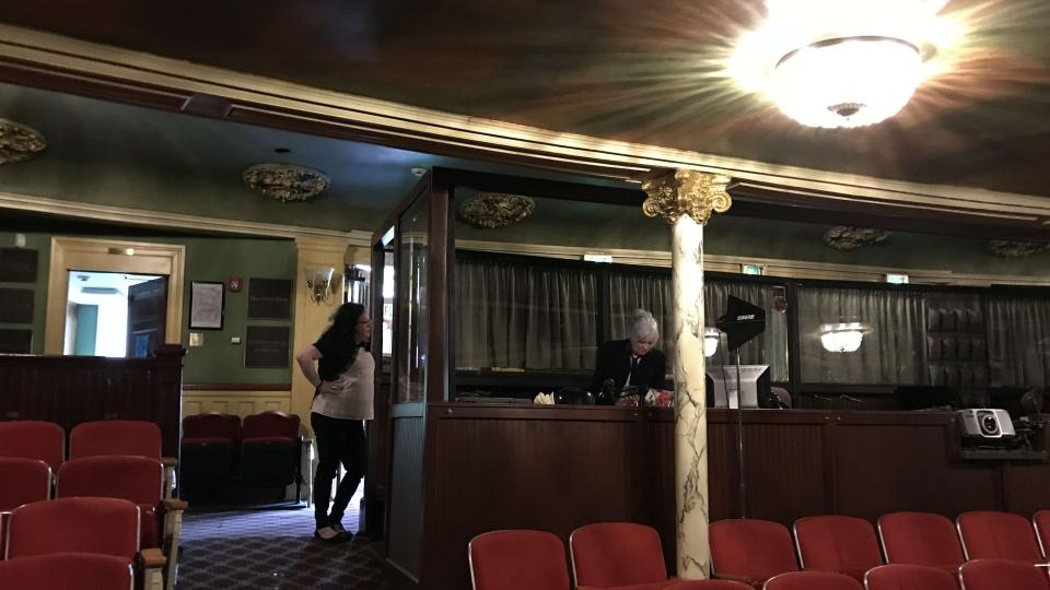 Foyer divadla není o mnoho větší než jeho kancelář