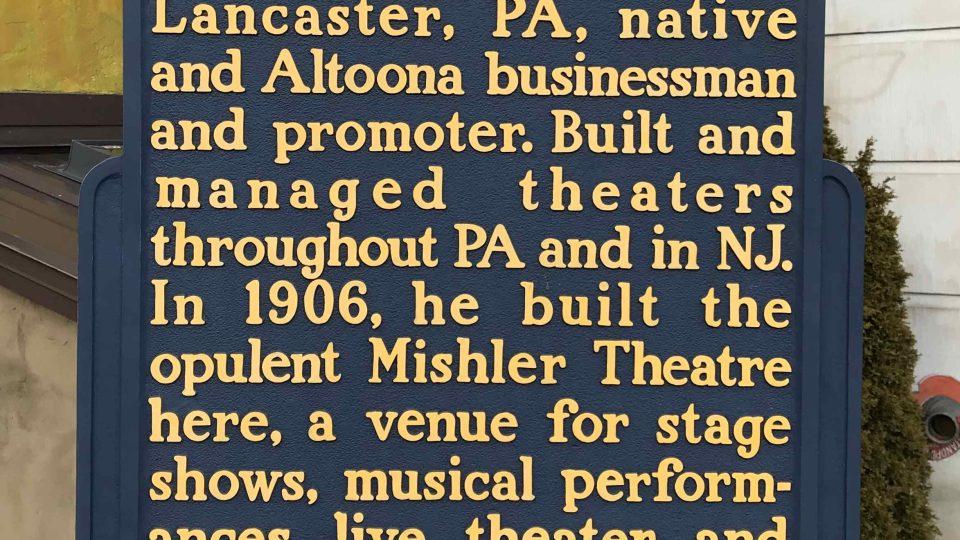 Pamětní cedule u vstupu do divadla připomíná jeho zakladatele a mecenáše Isaaca Mishlera