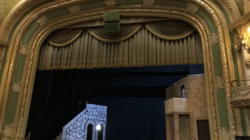 Jeviště Mishlerova divadla, na kterém místní soubor v současnosti hraje Romea a Julii