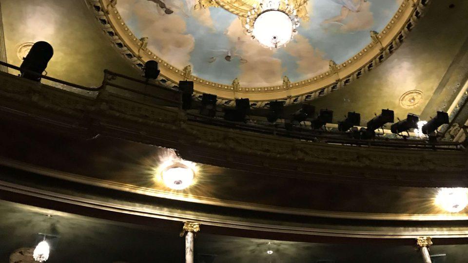 Interiér divadla napodobuje evropské barokní a klasicistní interiéry