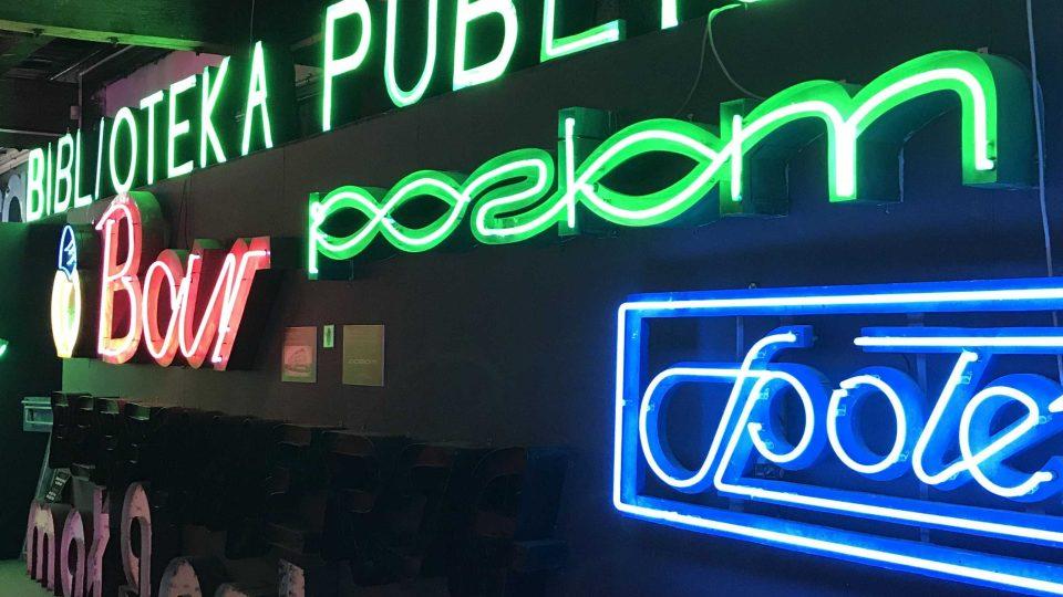 Expozice ve varšavském Muzeu neonů