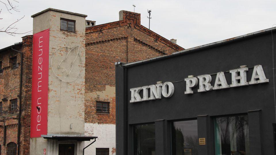 Nápis ze starého varšavského Kina Praha zachránil zemědělec, který pomáhal při bourání kina