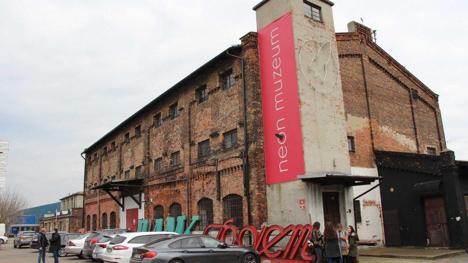 Muzeum neonů sídlí ve varšavské oblasti zvané Soho, soustřeďují se sem umělci