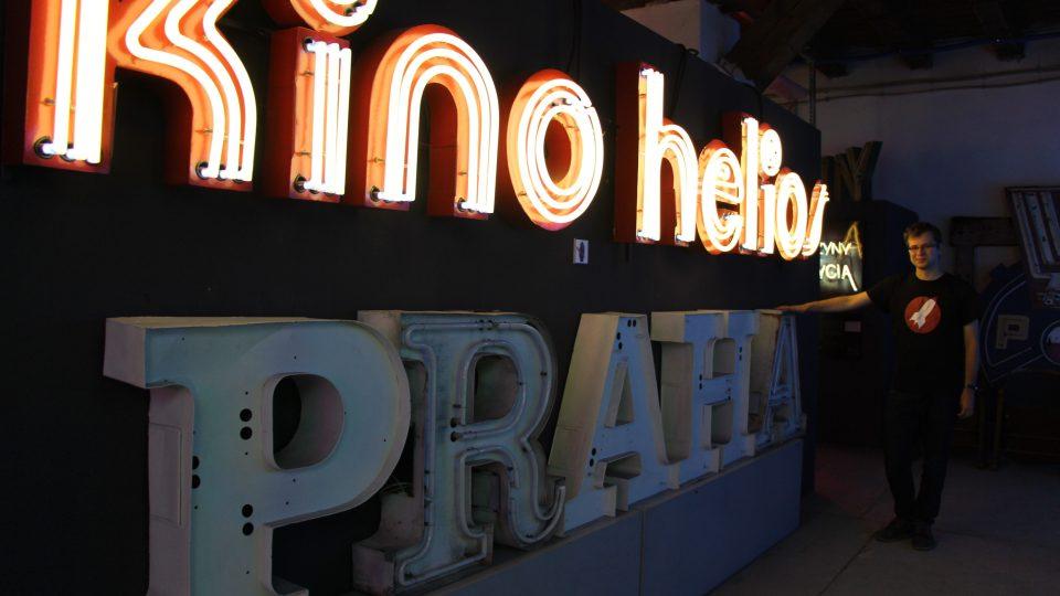 Po původním Kinu Praha zbyl jen původní neonový poutač