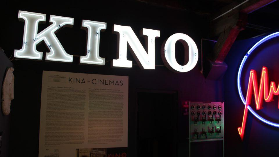 Bez pořádného neonového nápisu se dřív neobešlo žádné kino