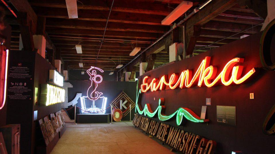 Vnitřní expozice Muzea neonů ve Varšavě