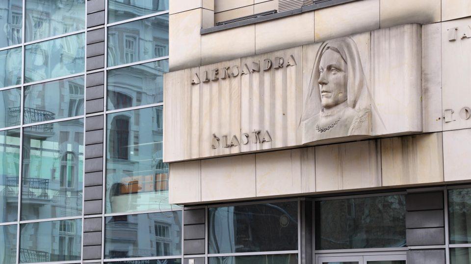 Reliéf na budově zůstal jako památka na estetiku doby budovatelského socialismu