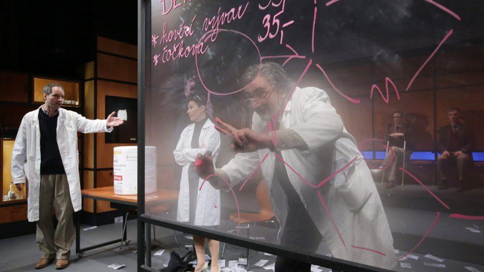 Hra Petra Zelenky Elegance molekuly cvypráví příběh jednoho z největších objevů 20. století