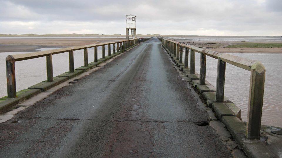 Budka nad silnicí je určena těm, které příliv zastihne uprostřed cesty