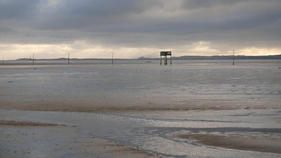 Hladina moře se přelila přes násep, z Lindisfarne je zase na pár hodin ostrov
