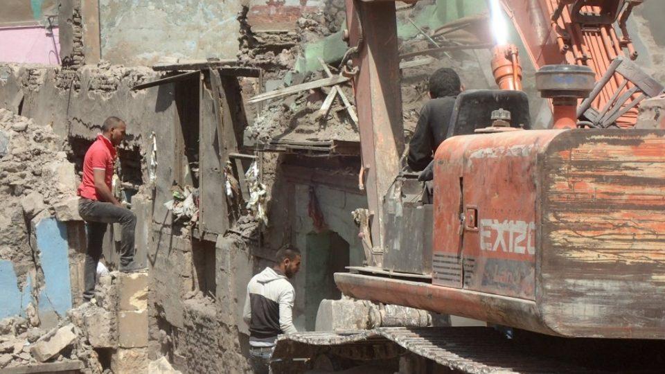 Bagry a buldozery ukusují každý den kus z káhirské historie